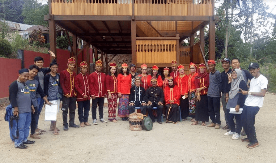 Tim Produksi dan Crew BBG Manurung Production Foto Bersama Pengurus Lembaga Adat Padoe di halaman Rumah Adat Padoe di Wasuponda Luwu Timur